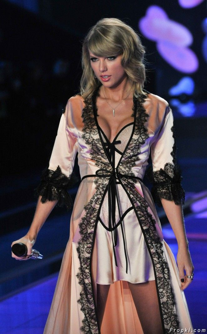Taylor Swift at Victoria's Secret Fashion Show