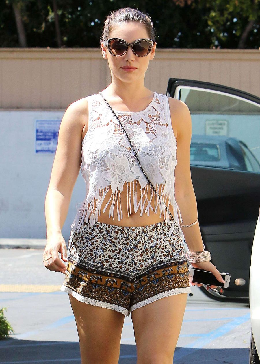Kelly Brook shows her Tummy Shopping in LA