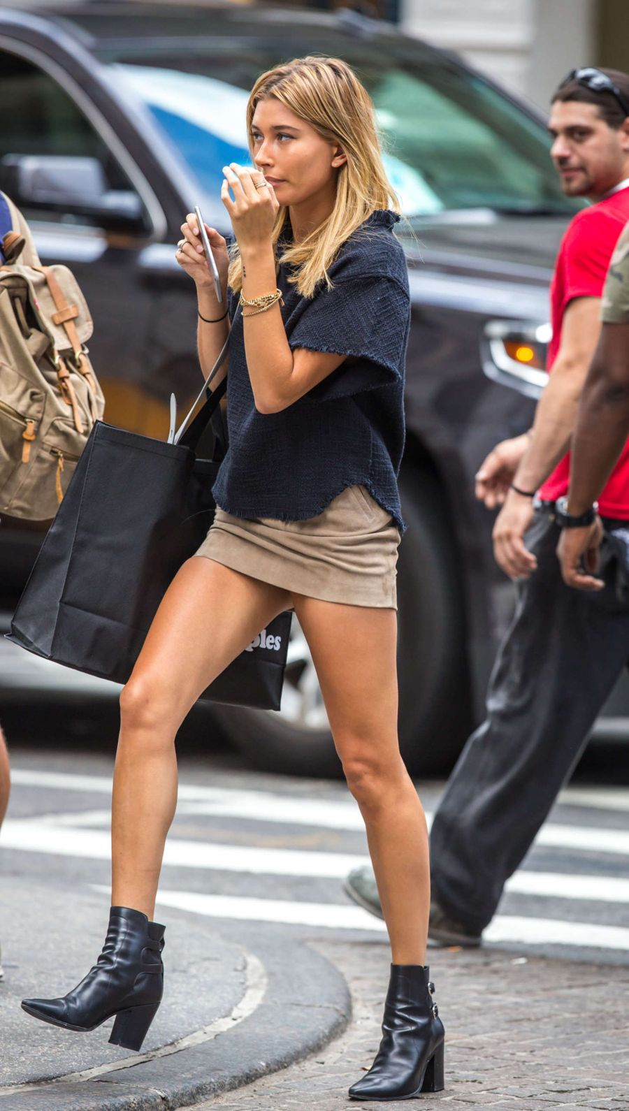 Hailey Baldwin - Shopping in New York