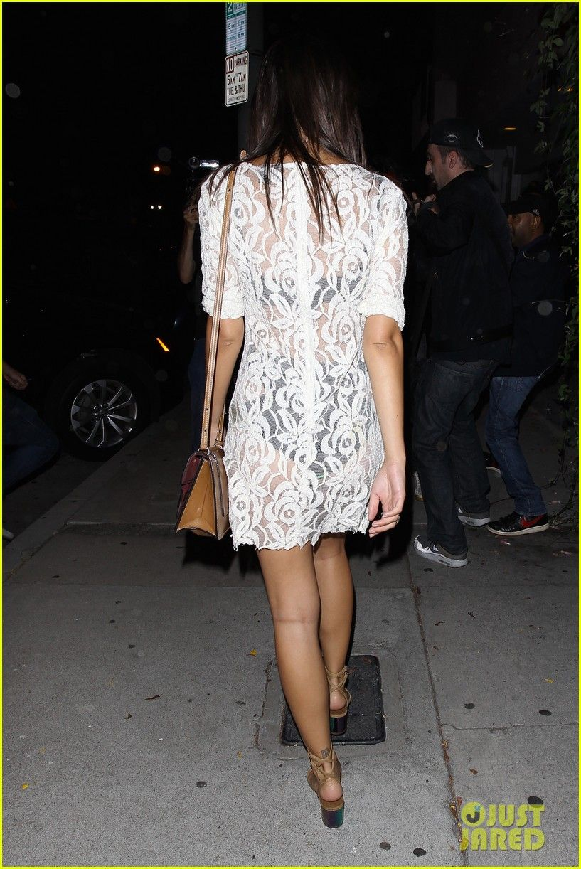 Emily Ratajkowski - Leaving The De Re Gallery in Los Angeles