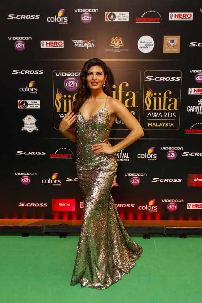 Jacqueline Fernandez Poses at IIFA 2015 Green Carpet