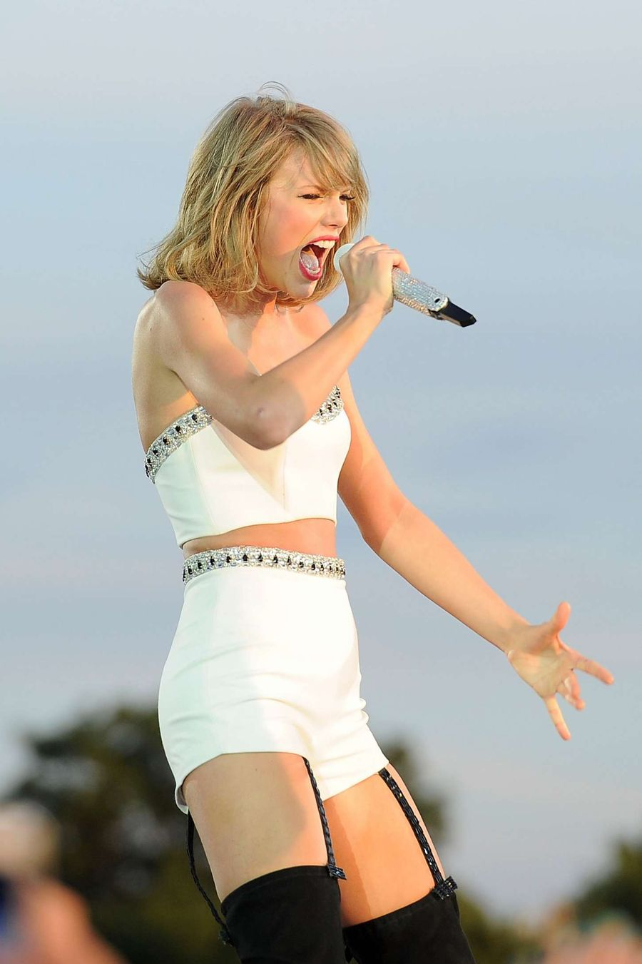Taylor Swift - Performing at the British Time Festival