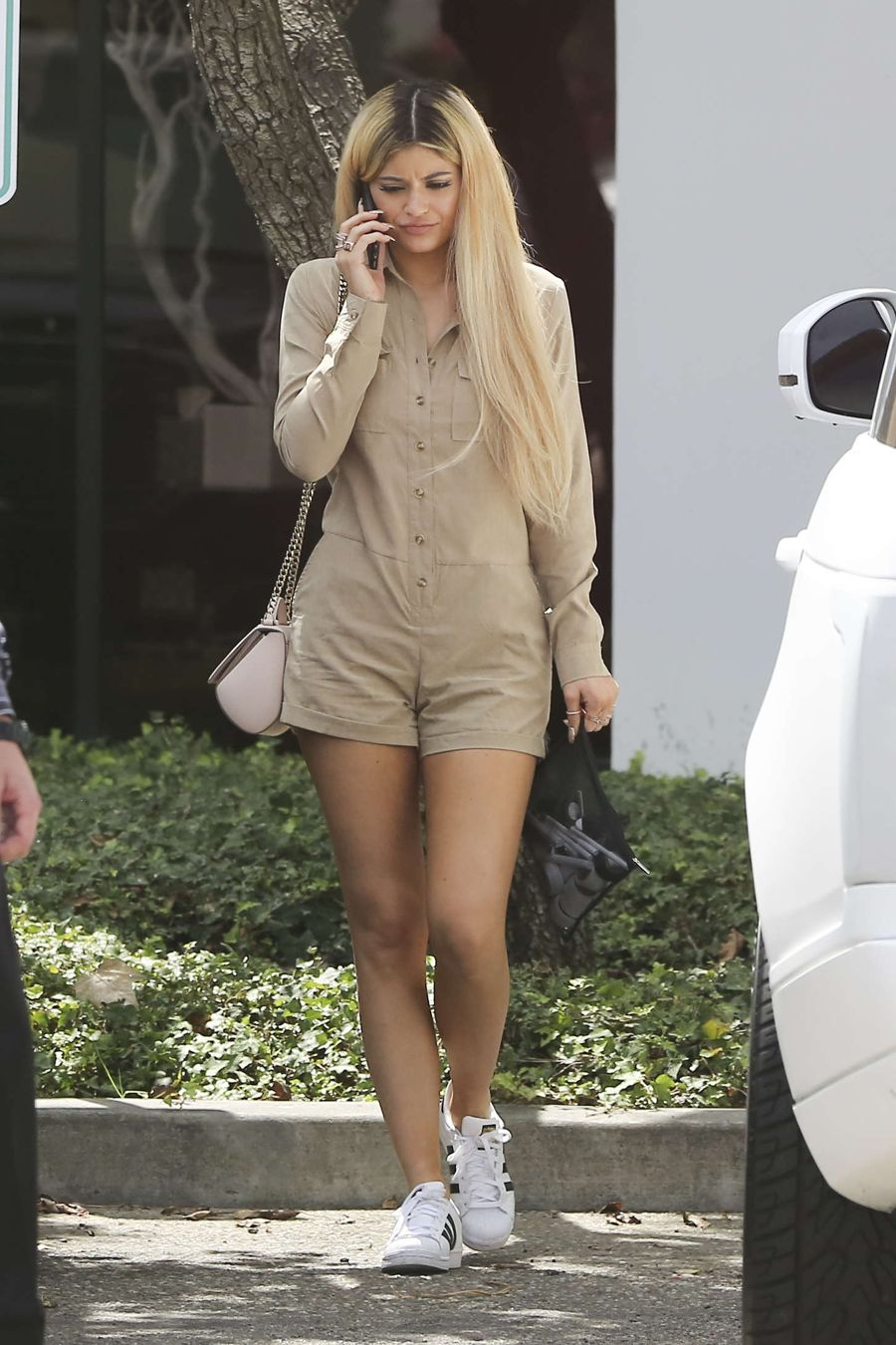 Kylie Jenner Steps Out as Blonde for the 1st Time