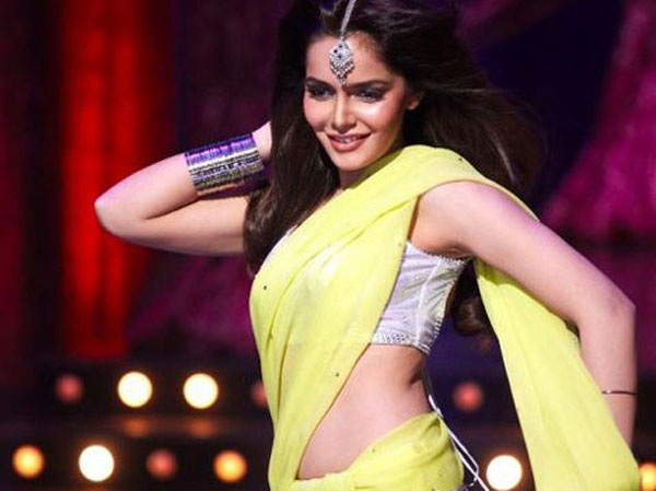 Bollywood Actresses Sizzles in Yellow Saree