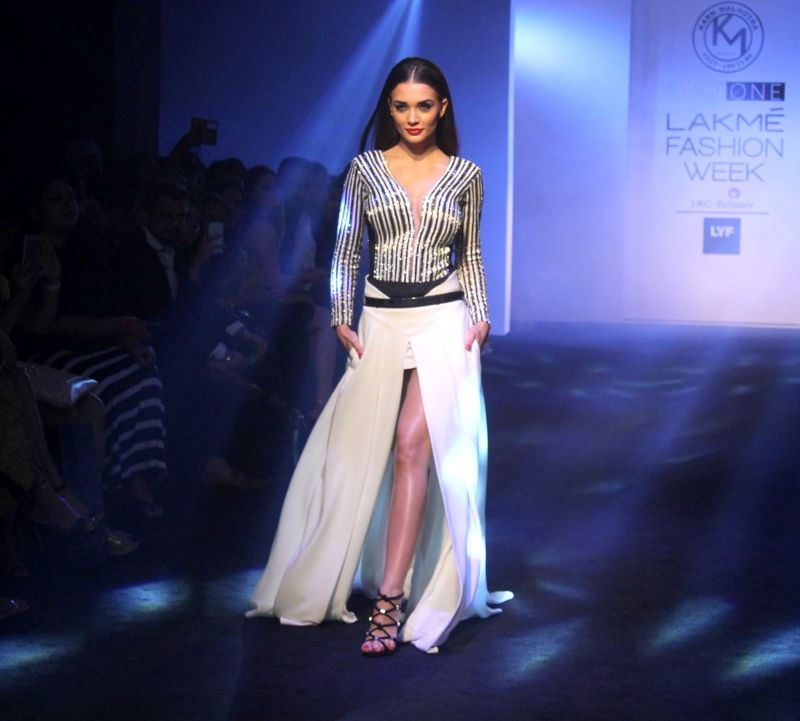 Amy Jackson showstopper for Karan Malhotra at LFW 2016