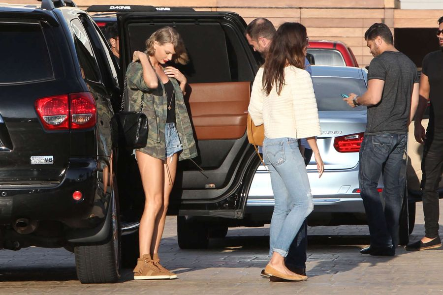 Taylor Swift in Jeans Shorts at Nobu Restaurant in Malibu