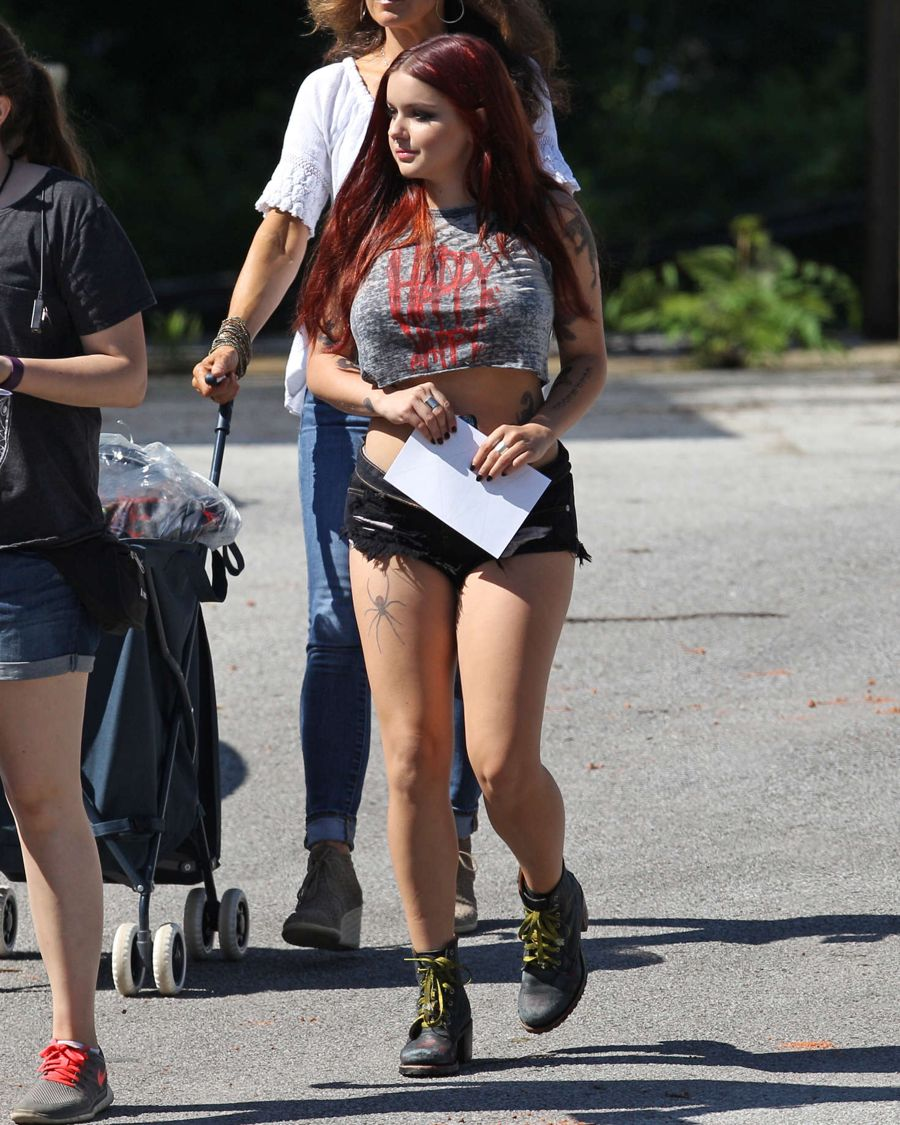 Ariel Winter - On the Set of 'Dog Years' in Nashville