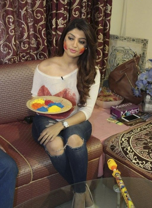 Akanksha Puri Celebrates Holi in her Drawing Room