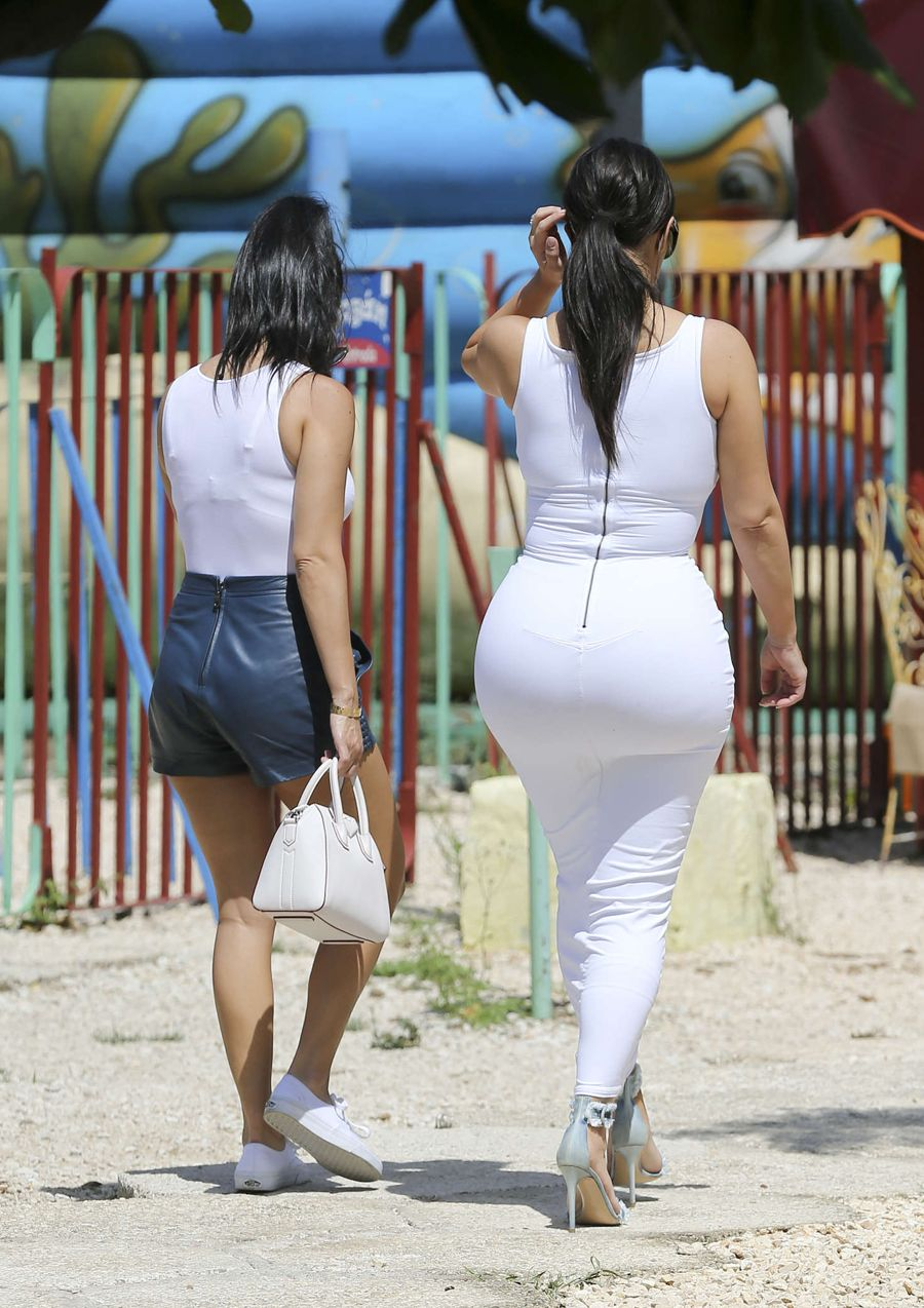 Kim and Kourtney Kardashian - Visit a park tin Havana