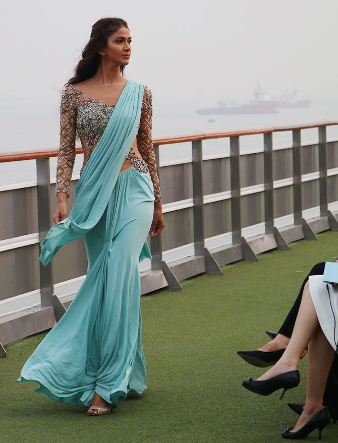 Sonakshi gets flirty at LFW's opening cermony