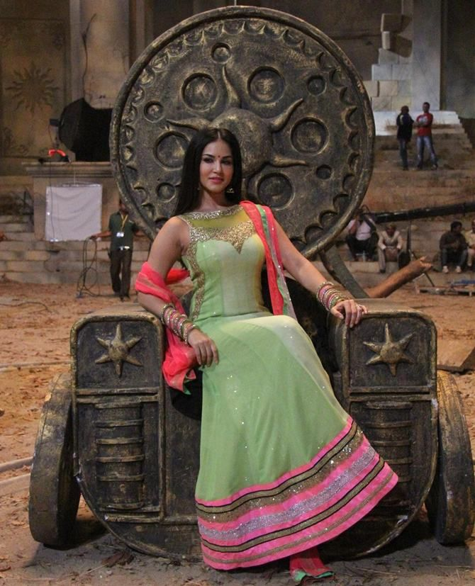 Sunny Leone dances to an Ash song!