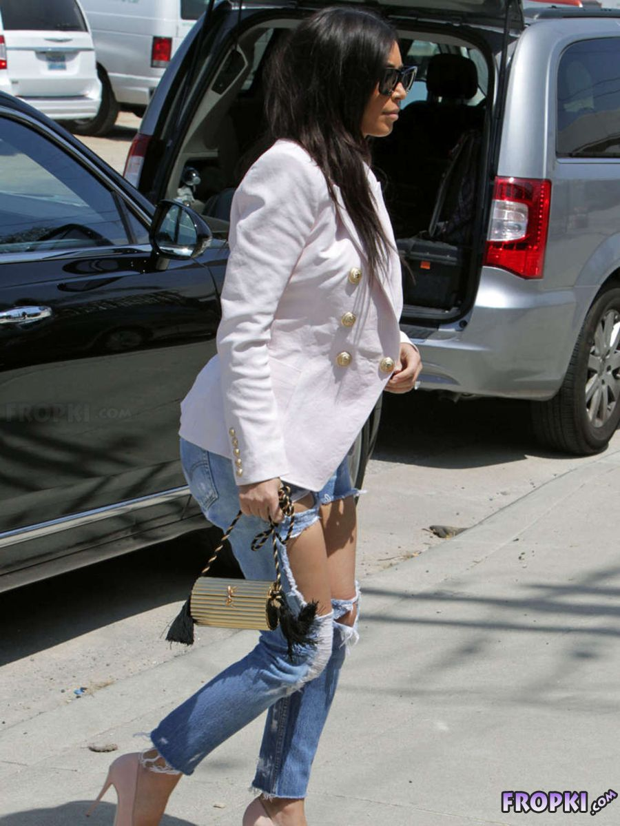 Kim Kardashian - Shopping in Torn Jeans