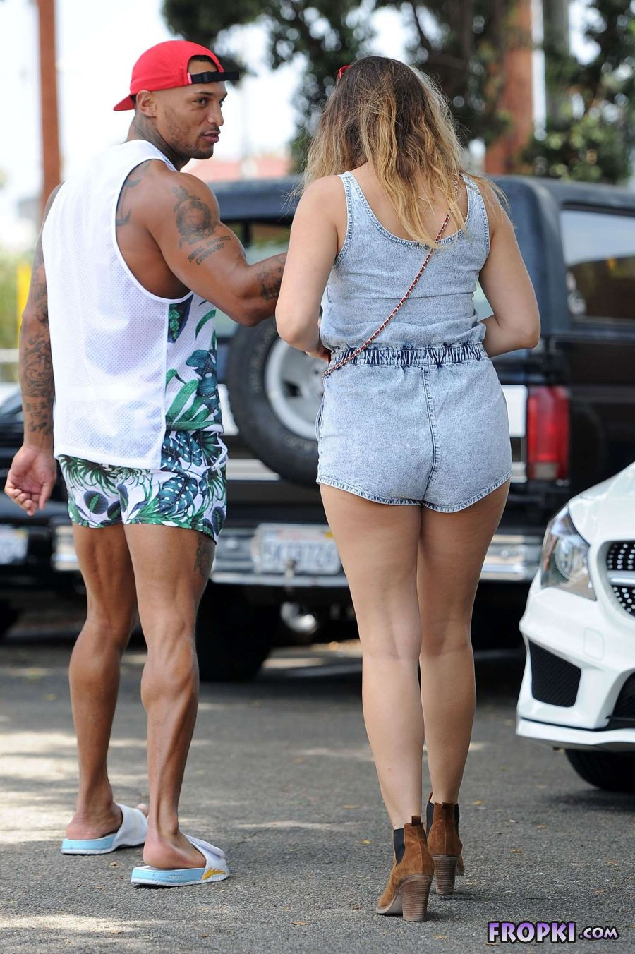 Kelly Brook shows Muscular Thighs in Venice Beach