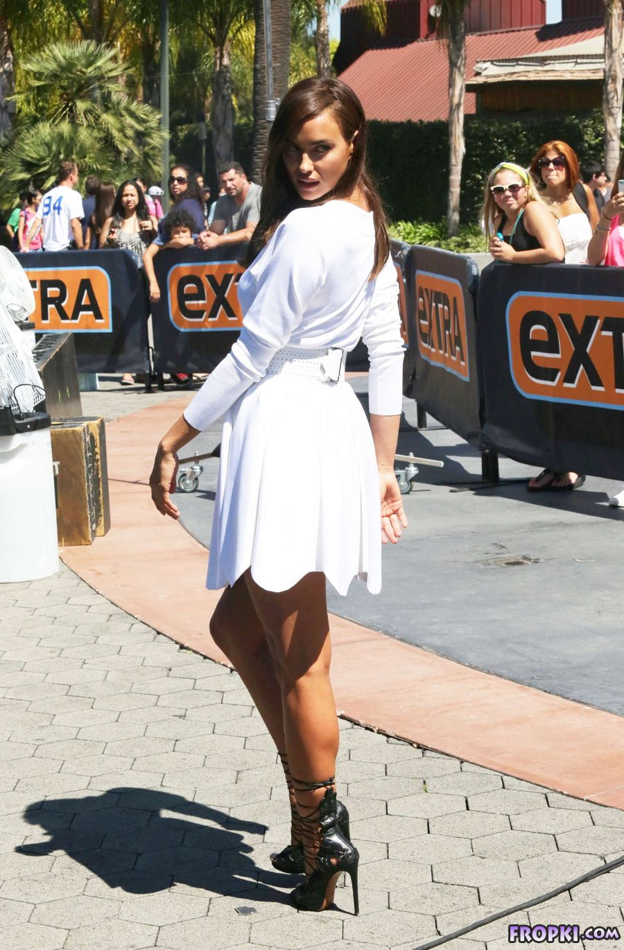 Irina Shayk displays Toned legs at 'Extra' Set