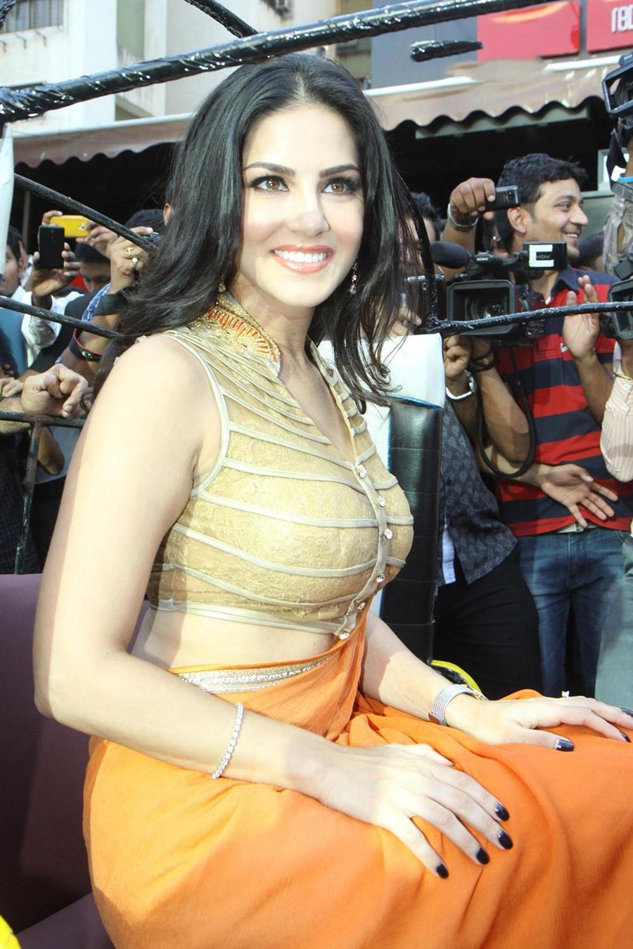 Sunny Leone Drop Dead Gorgeous in Saree